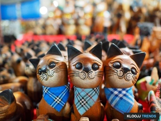 wooden cats on a market